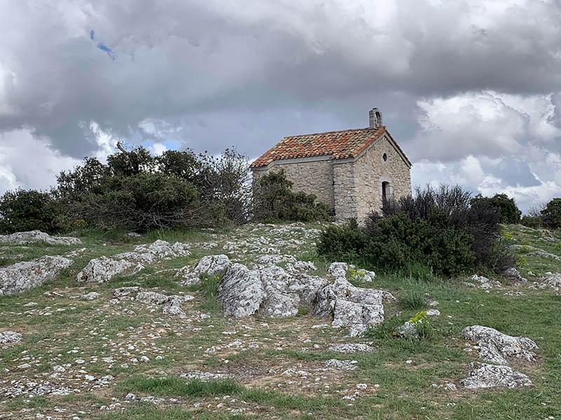 Charmante chapelle sur butte rocheuse